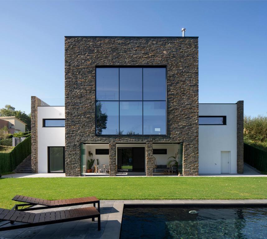 Villa Casa moderna con piscina y vistas al bosque. (España ...