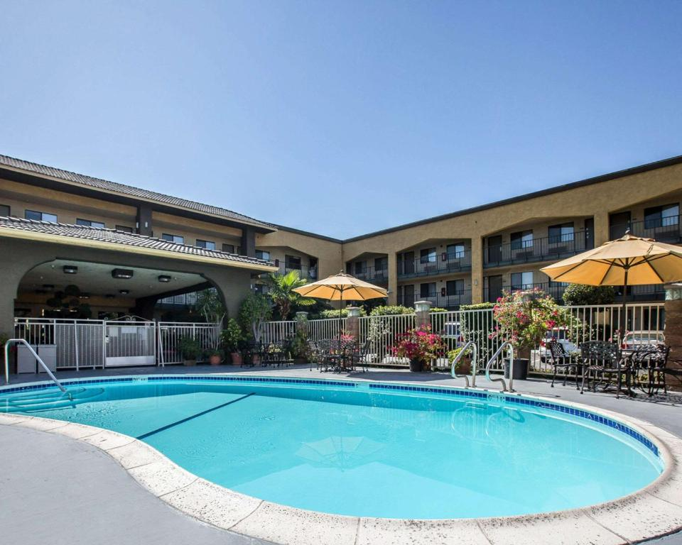 The swimming pool at or close to Quality Inn Ontario Airport Convention Center