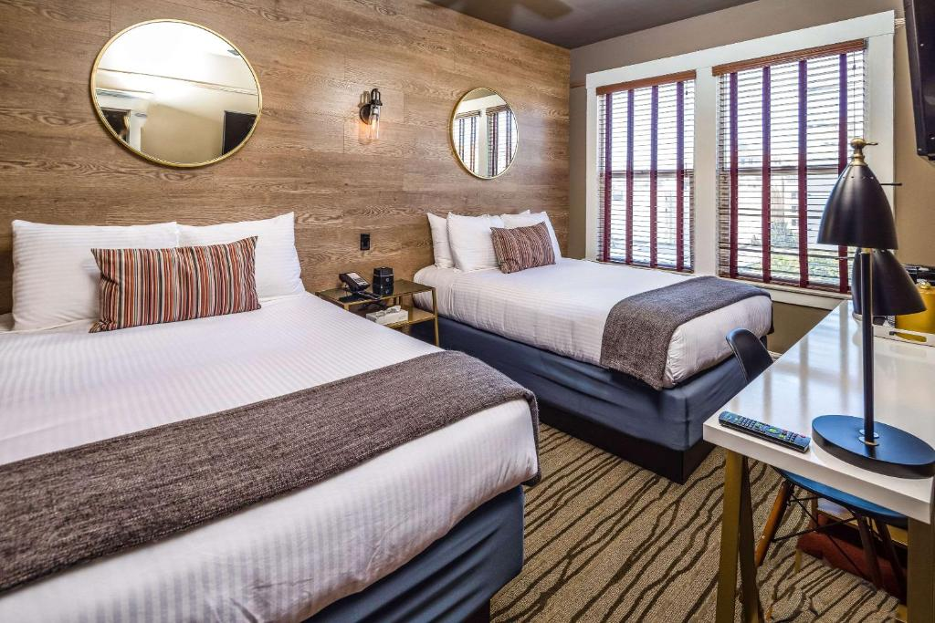 A bed or beds in a room at HTL 587, Ascend Hotel Collection