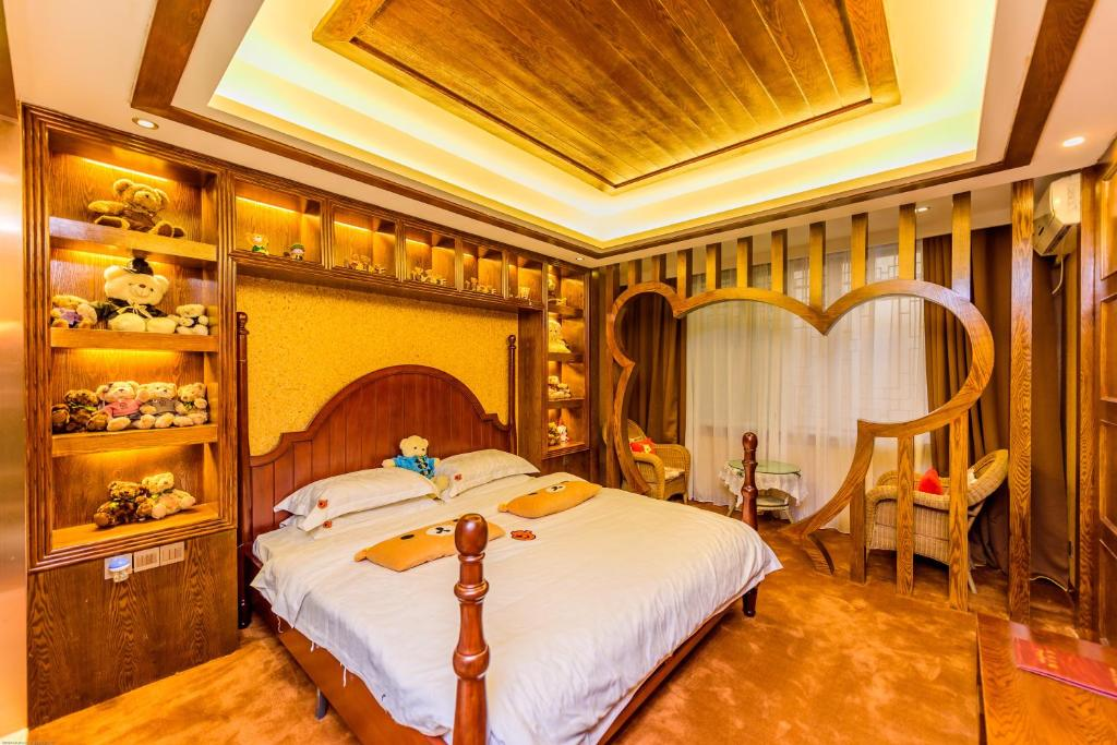 A bed or beds in a room at Mount Emei Teddy Bear Hotel Selected