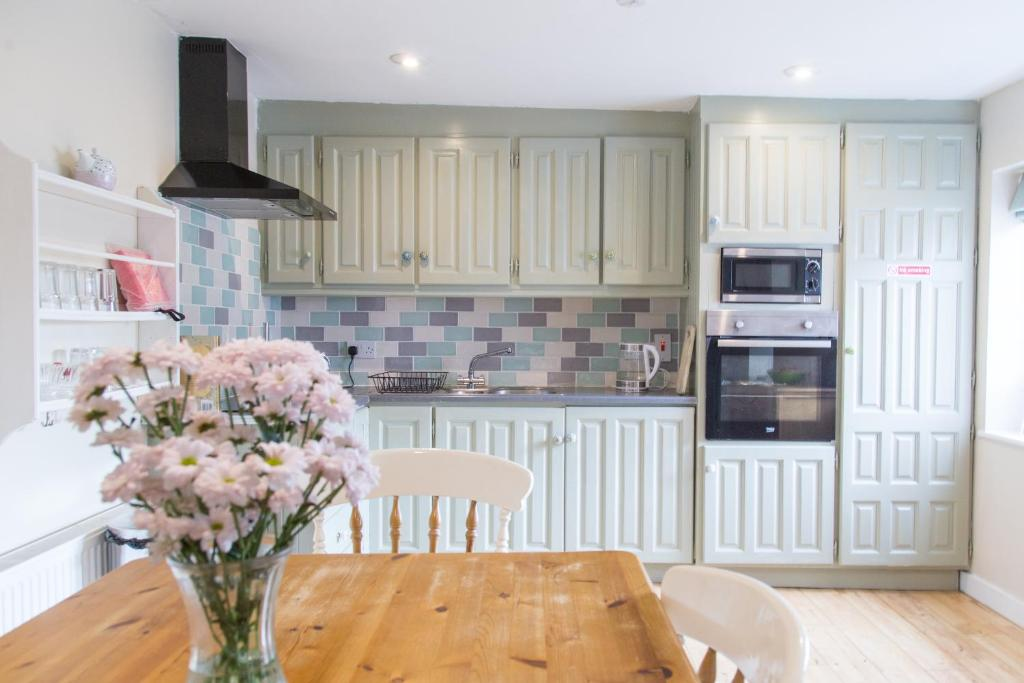 A kitchen or kitchenette at The Pink House in Newtownmountkennedy, Co Wicklow