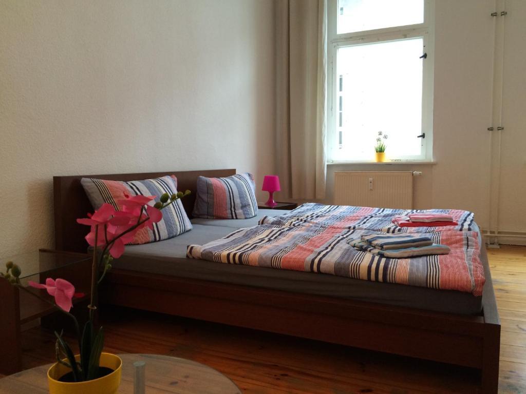 Ein Bett oder Betten in einem Zimmer der Unterkunft Super City-Ferienwohnung in Prenzlauer Berg (2)