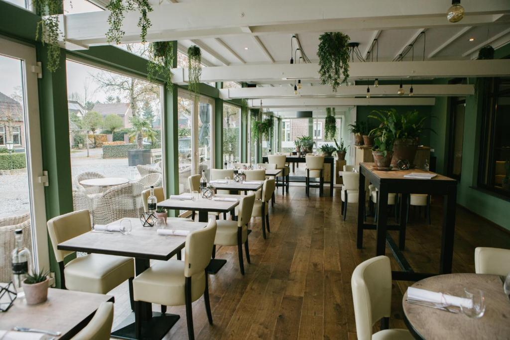 A restaurant or other place to eat at Hotel Restaurant de Sleutel