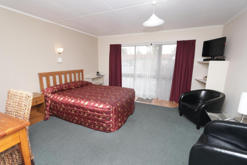 Gulta vai gultas numurā naktsmītnē Commodore Motor Lodge