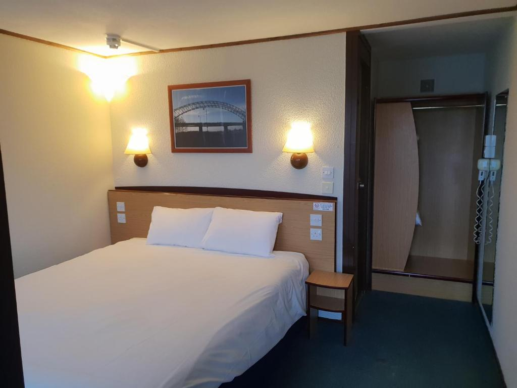 A bed or beds in a room at Campanile Hotel Runcorn
