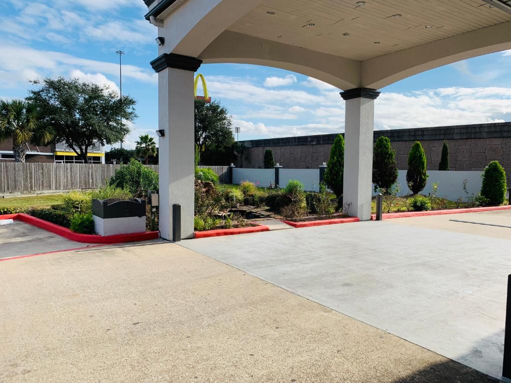 Island Suites Hobby Airport
