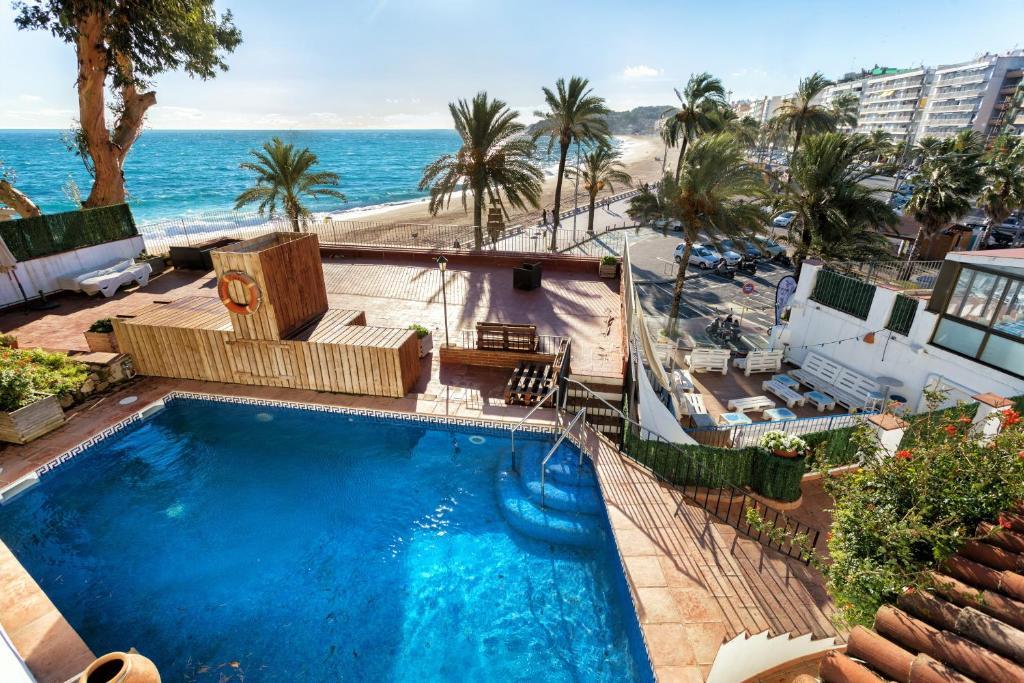 Vista de la piscina de Villa Sa Caleta o d'una piscina que hi ha a prop