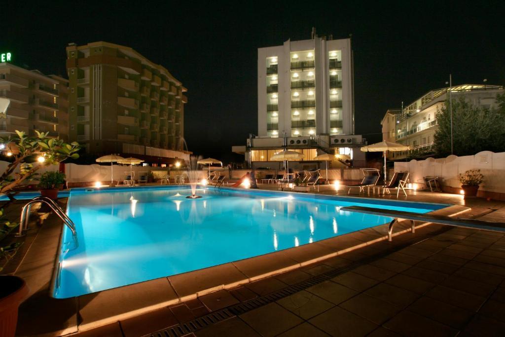 Бассейн в Hotel Avila In или поблизости