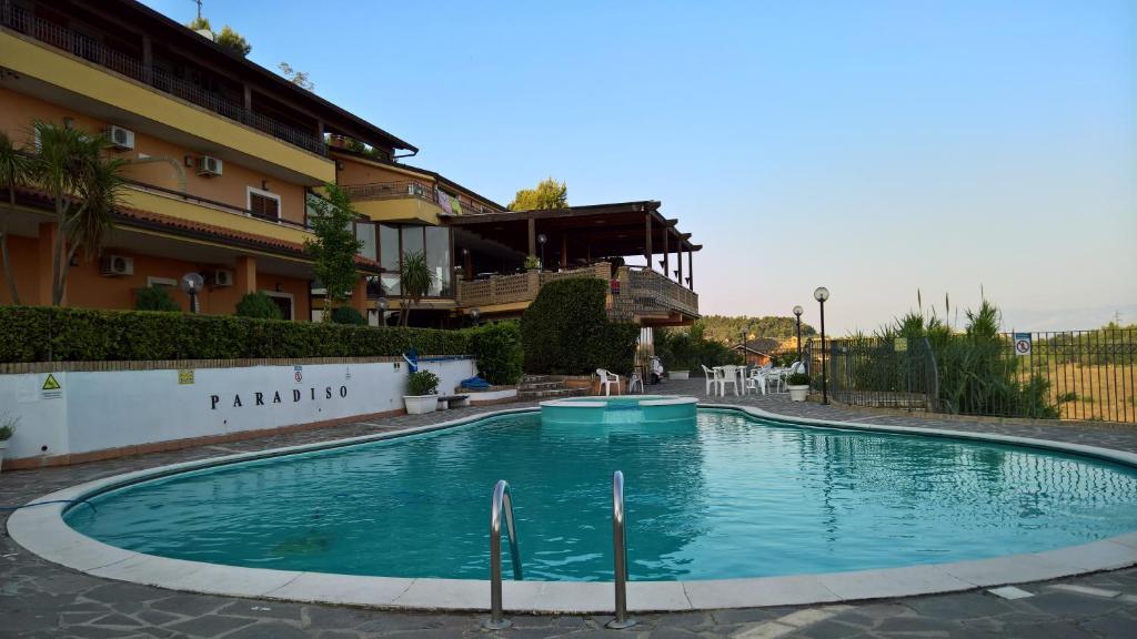 Der Swimmingpool an oder in der Nähe von Paradiso Country House