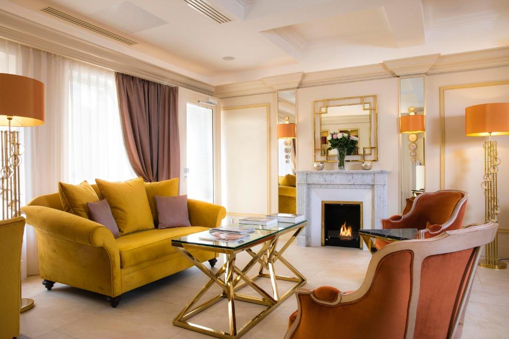 A seating area at Hotel De Suede Saint Germain