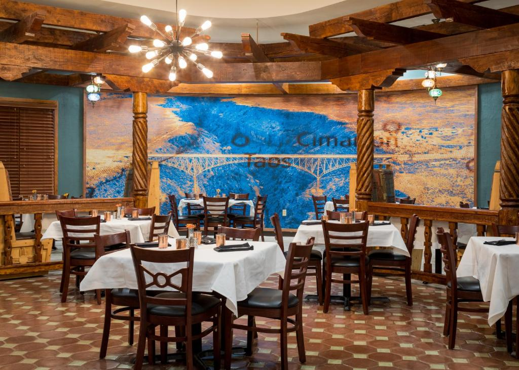 A restaurant or other place to eat at Hotel Don Fernando De Taos, Tapestry Collection By Hilton