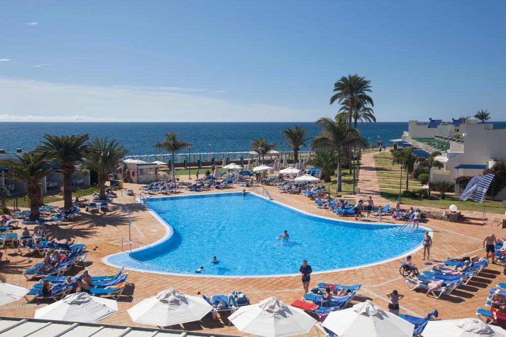 Uitzicht op het zwembad bij Playa Feliz of in de buurt