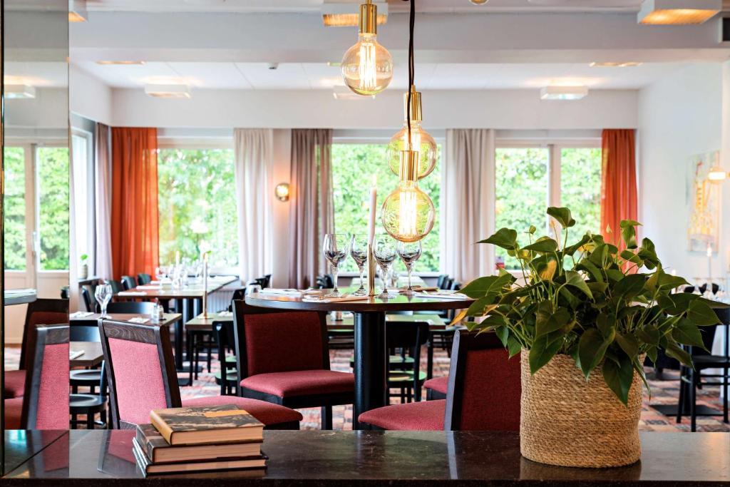 En restaurang eller annat matställe på Mjölby Stadshotell; Sure Hotel Collection by Best Western