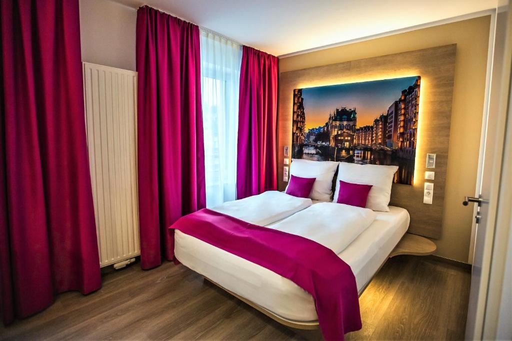 Ein Bett oder Betten in einem Zimmer der Unterkunft Hotel Luckys Inn