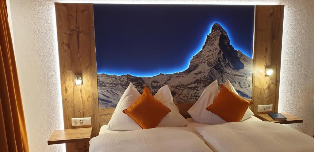 Ein Bett oder Betten in einem Zimmer der Unterkunft Typically Swiss Hotel Täscherhof