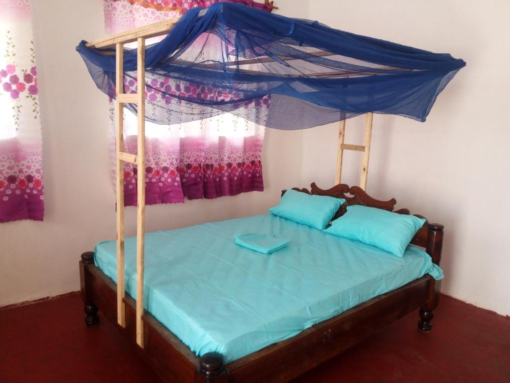 A bed or beds in a room at Sea Breeze Lodge