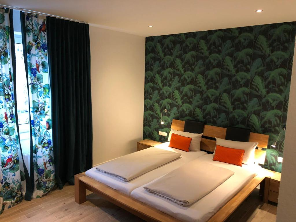 A bed or beds in a room at Hotel Attaché an der Messe