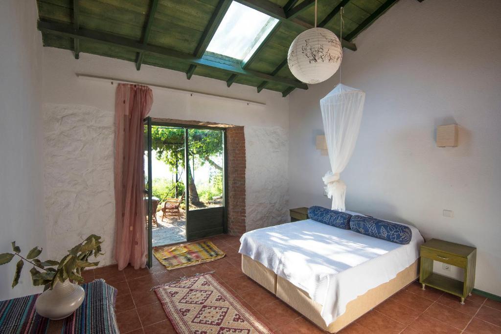 Uma cama ou camas num quarto em Faralya Botanica