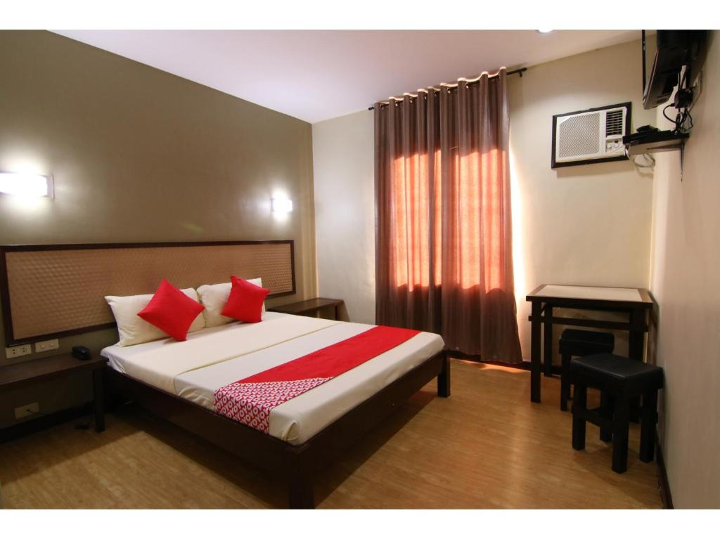 A bed or beds in a room at OYO 110 Asiatel Hotel