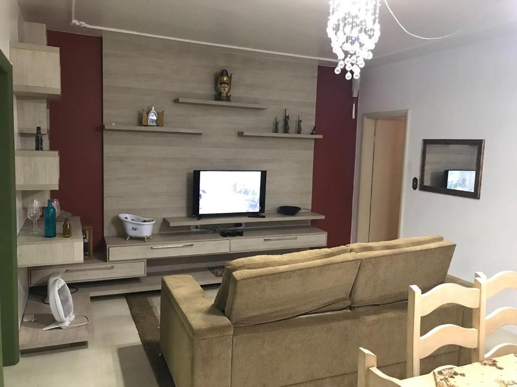 A television and/or entertainment centre at Apartamento no Centro de Caxias do Sul