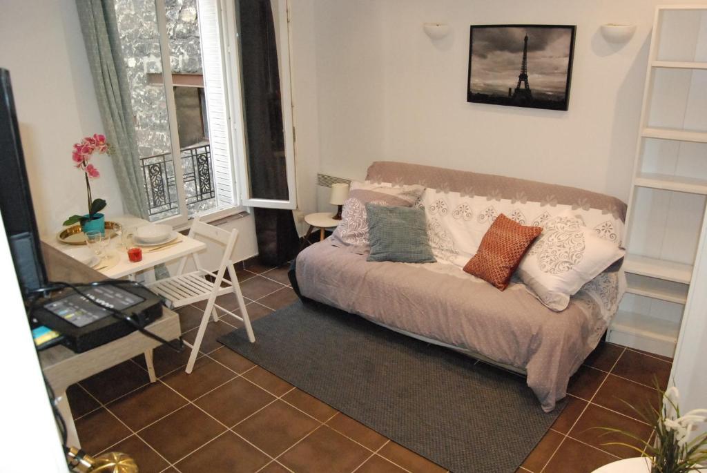 A seating area at Magnifique studio Montmartre/marché aux puces!