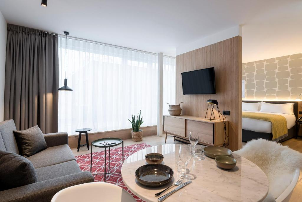 A seating area at PREMIER SUITES PLUS Antwerp