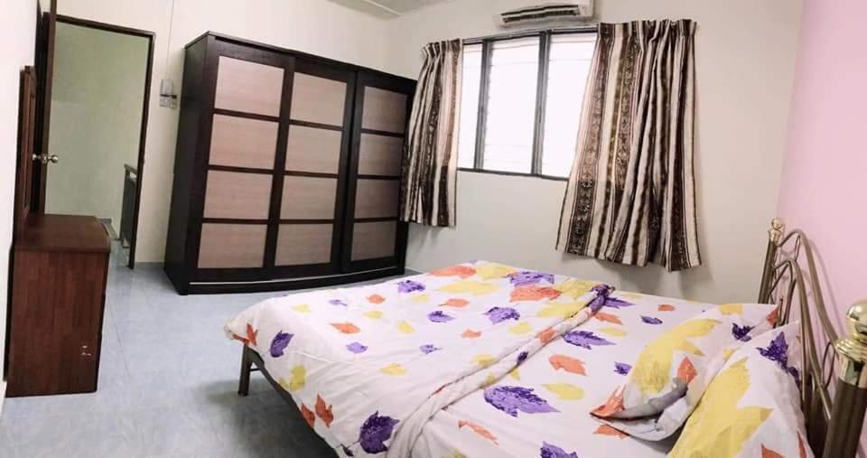 En eller flere senge i et værelse på KK HOMESTAY