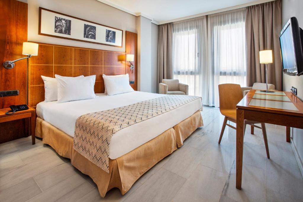 A bed or beds in a room at Exe Ciudad de Córdoba