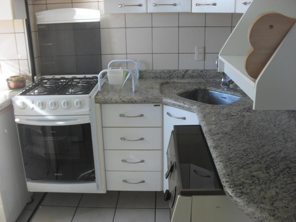 Una cocina o zona de cocina en APARTAMENTO 1quarto COM VISTA PARA O MAR