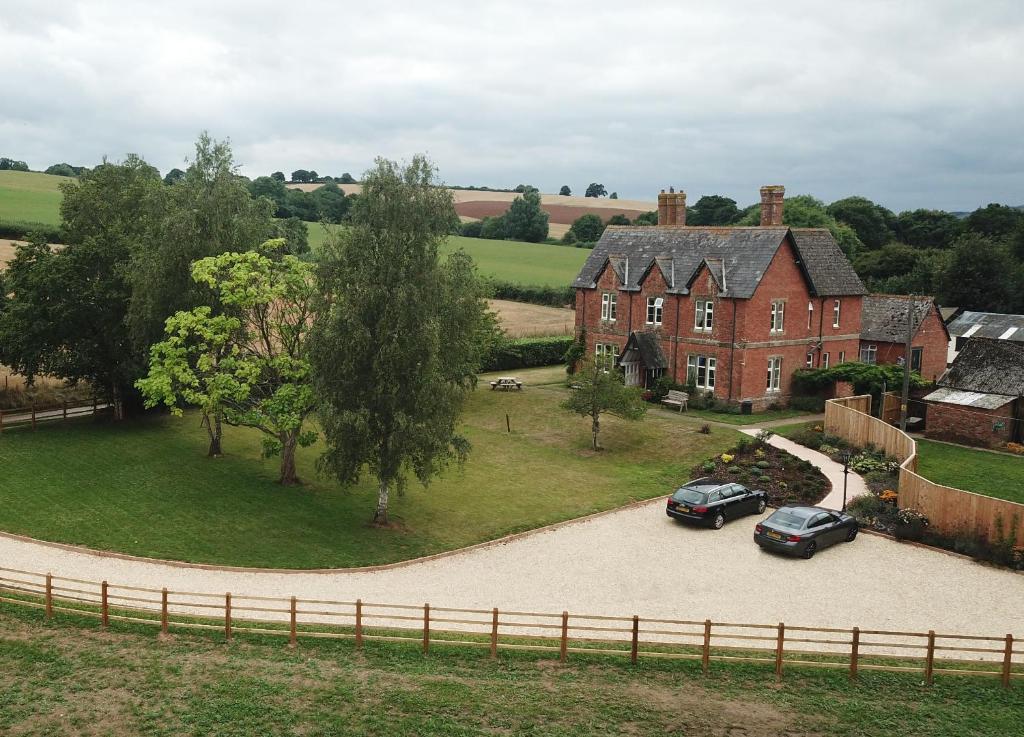 Vaade majutusasutusele Newcourt Barton linnulennult