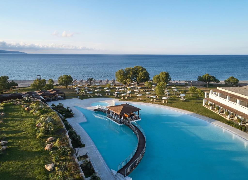 Vue sur la piscine de l'établissement Giannoulis – Cavo Spada Luxury Sports & Leisure Resort & Spa ou sur une piscine à proximité