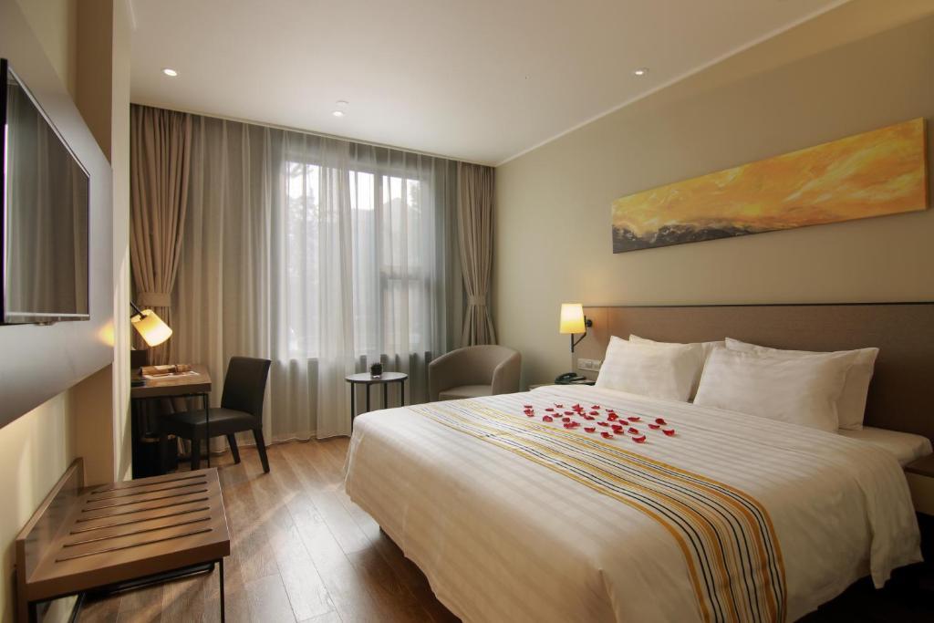 Posteľ alebo postele v izbe v ubytovaní Home Inn Plus Shanghai Hongqiao Road Metro Station