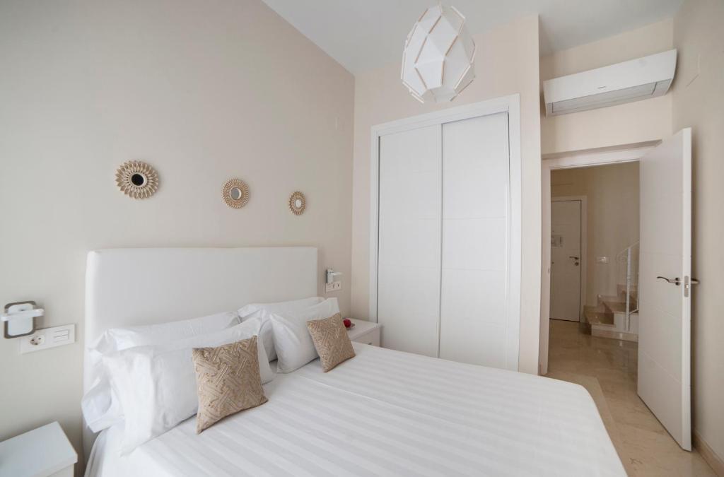 A bed or beds in a room at Patio de la Cartuja