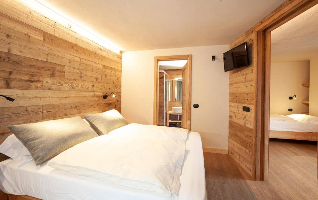 A bed or beds in a room at Hotel Stella Alpina