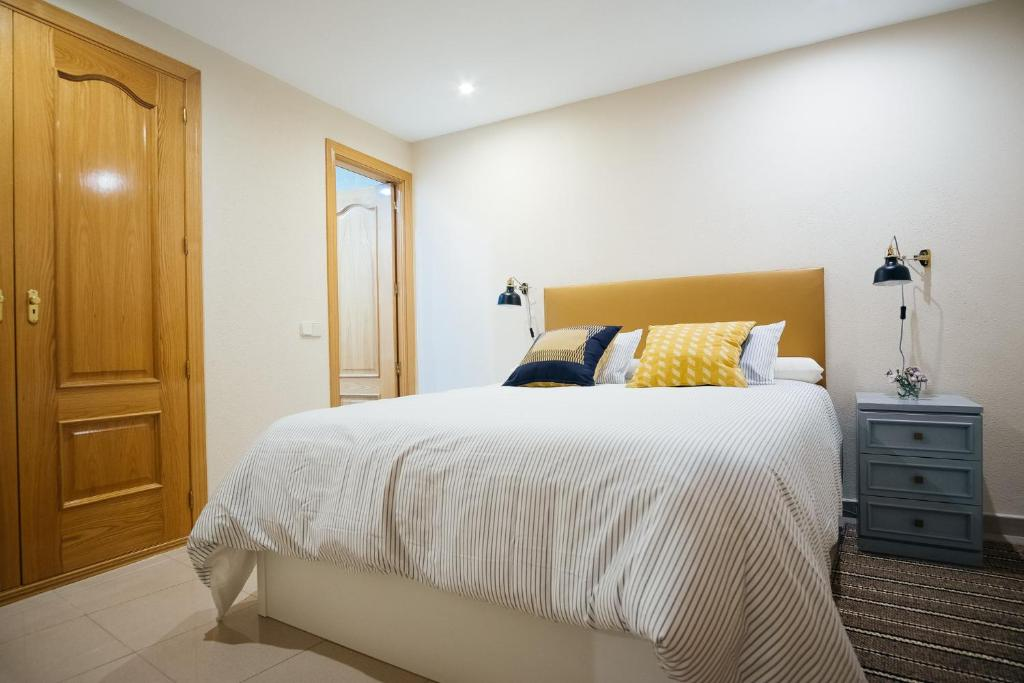 A bed or beds in a room at Calle Mayor Apartment - 3BR 2BT