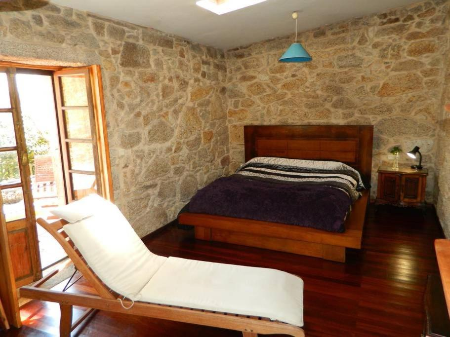 A bed or beds in a room at Casa da Costa Esteiro