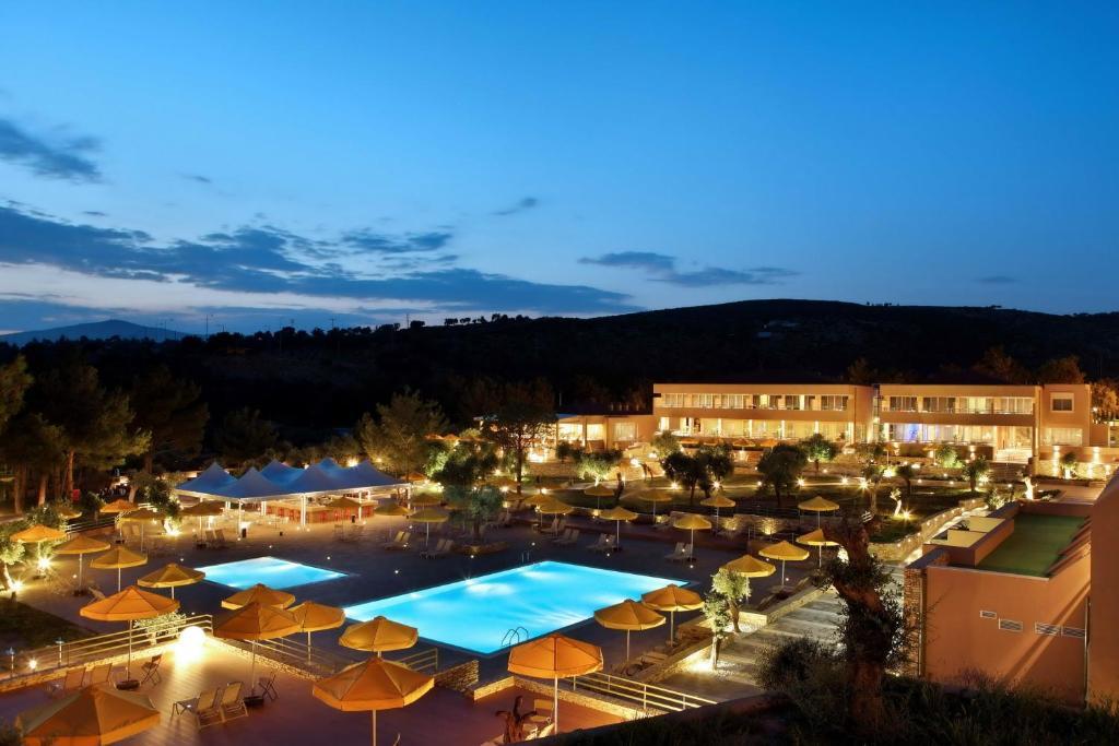 Вид на бассейн в Royal Paradise Beach Resort & Spa или окрестностях