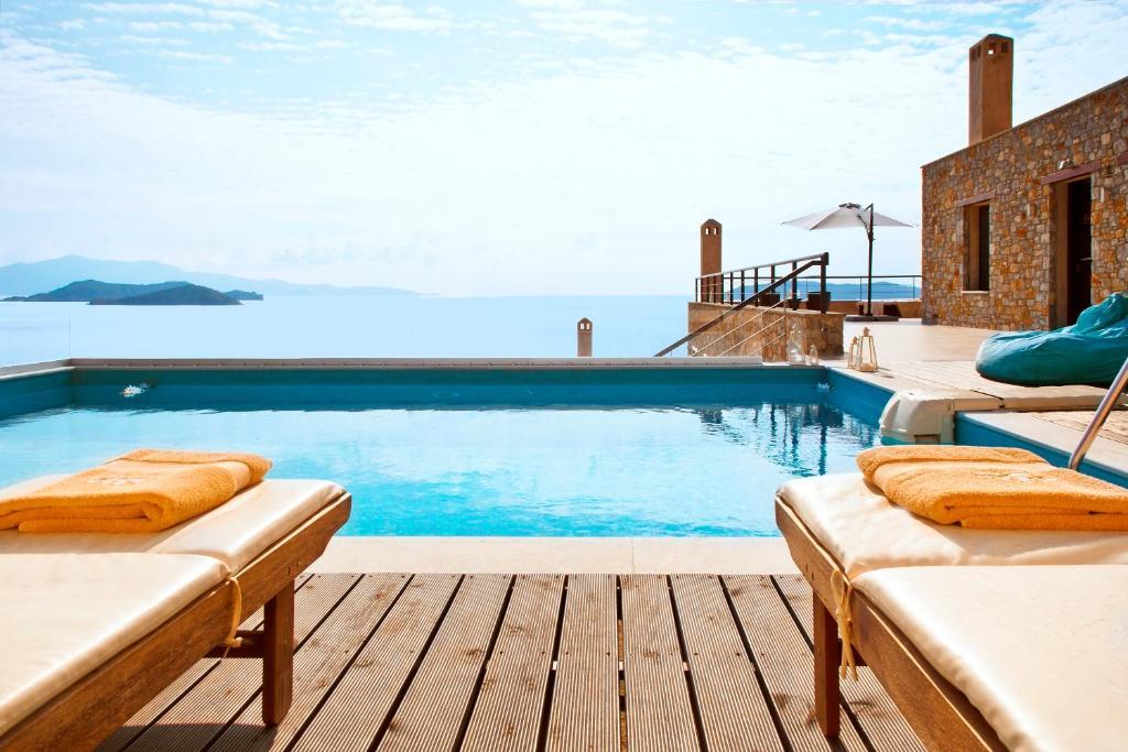 A piscina localizada em Golden King Villas ou nos arredores