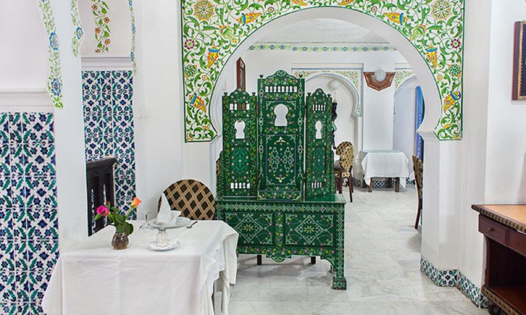 A restaurant or other place to eat at Dar Diaf Alger