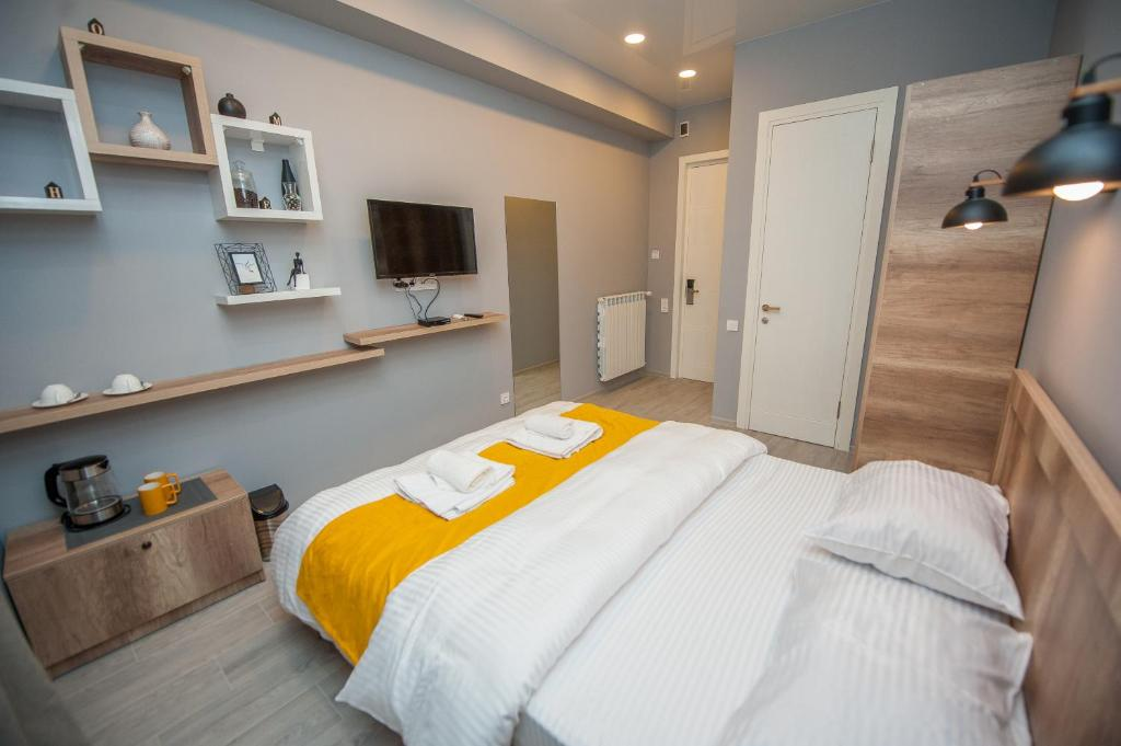 A bed or beds in a room at Easy Hotel T'bilisi