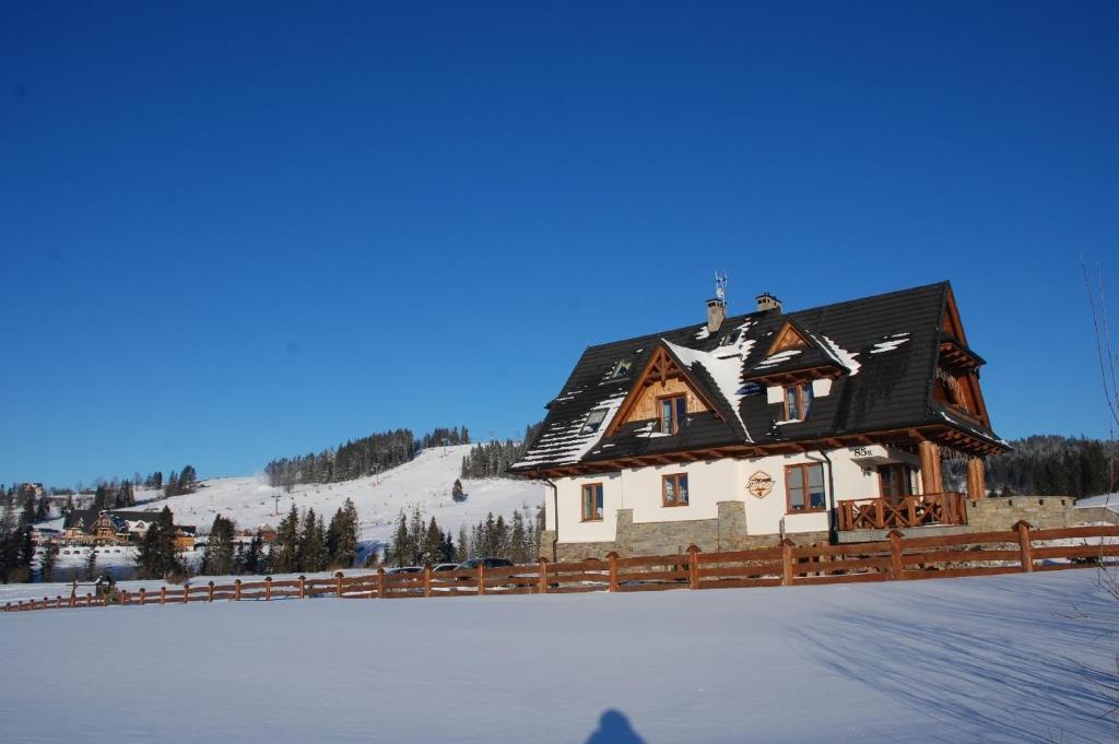 Obiekt Willa Misiowa Chata zimą