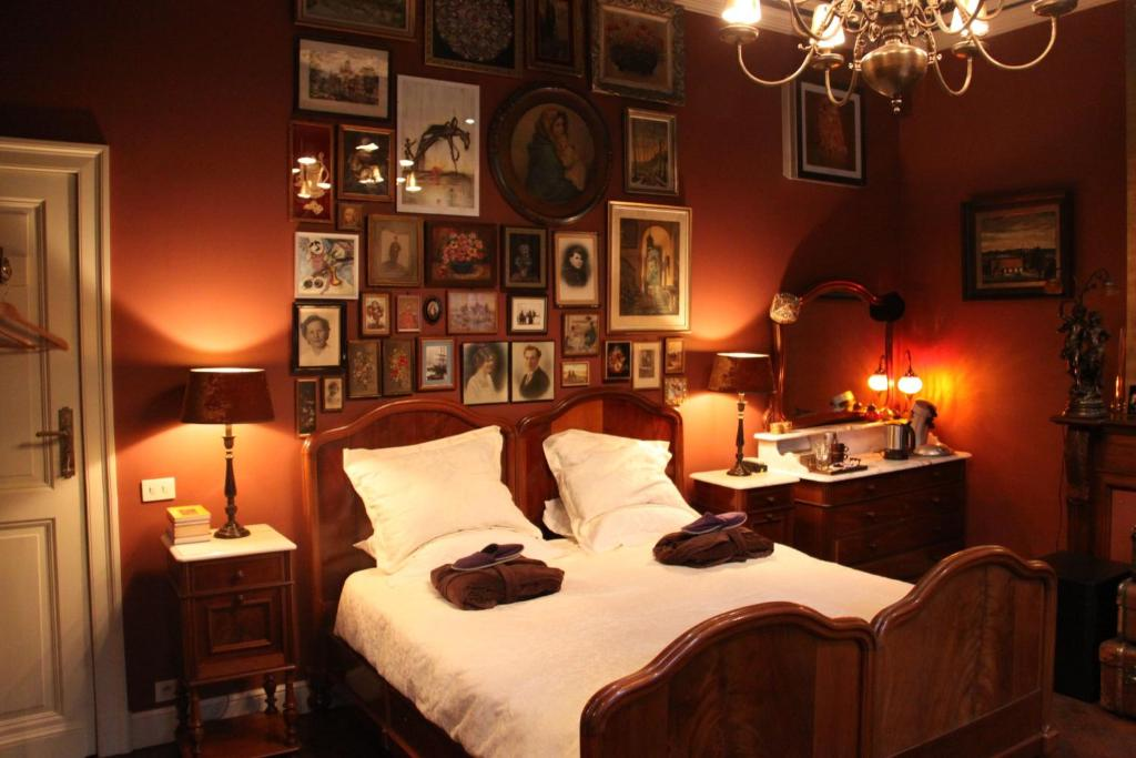 A bed or beds in a room at B&B De Lachende Engel