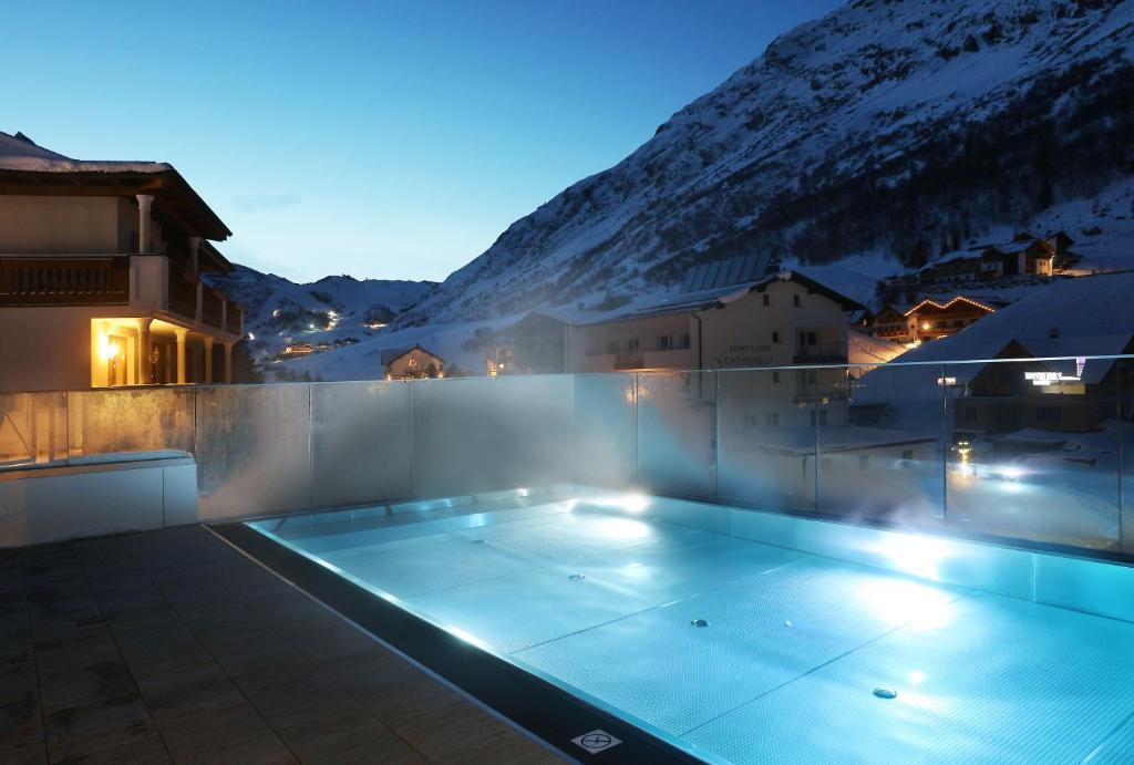 The swimming pool at or near Alpenresidenz Ballunspitze Wellness- & Kinderhotel