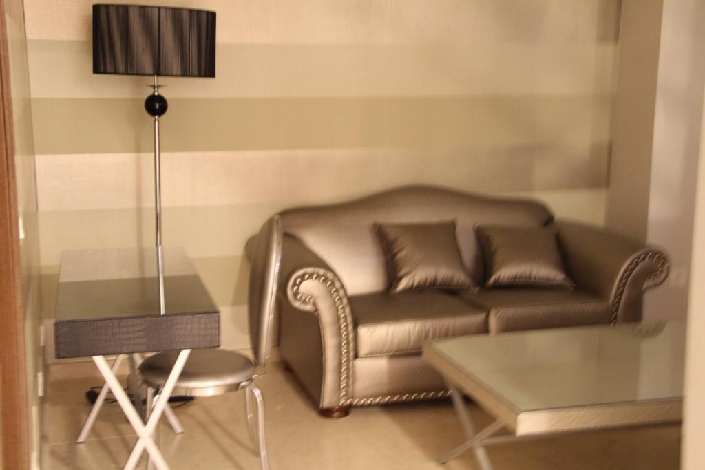 A seating area at Alvear Suites