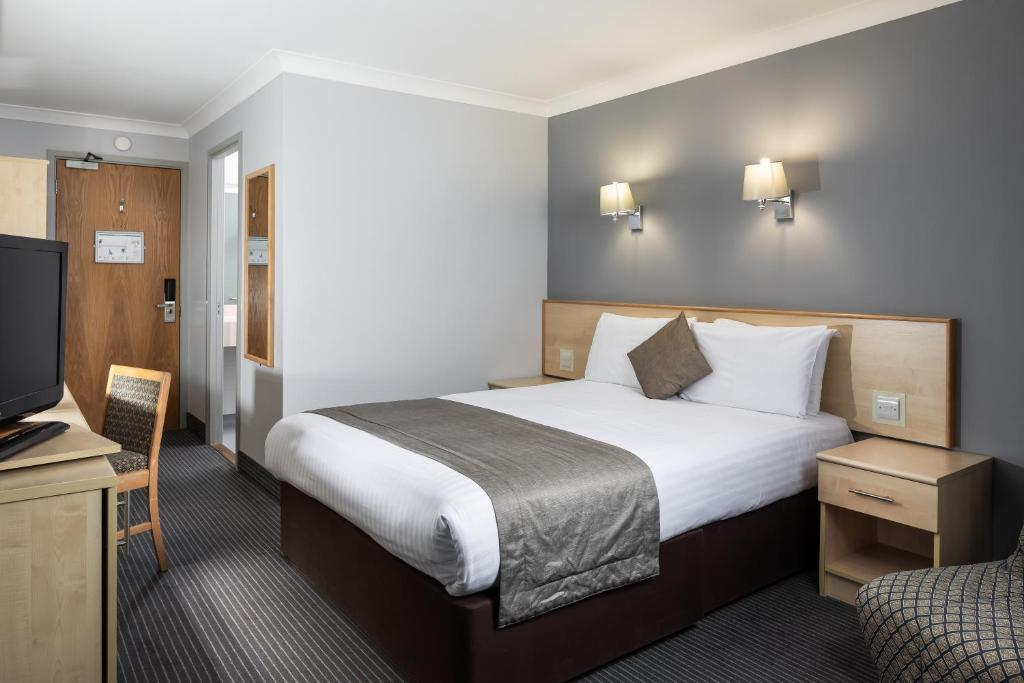 A bed or beds in a room at OYO London Finchley