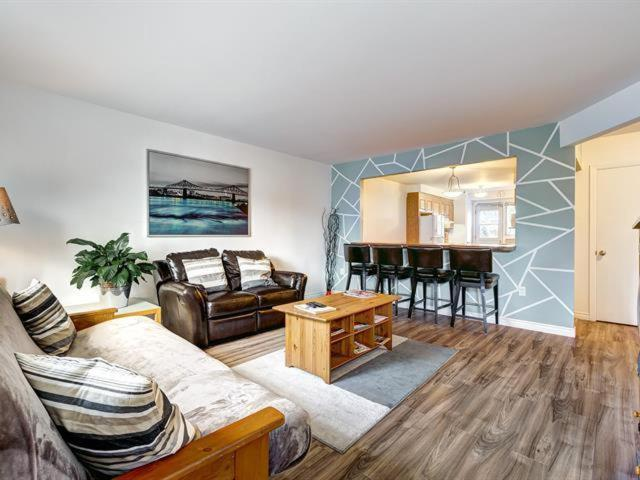 A seating area at Beautiful 3BDR APT Next to Airport - 20 min to Downtown