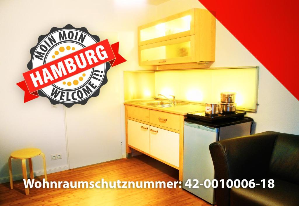 A kitchen or kitchenette at Moin moin Hamburg Zimmer mit Küche - 13min vom Hbf