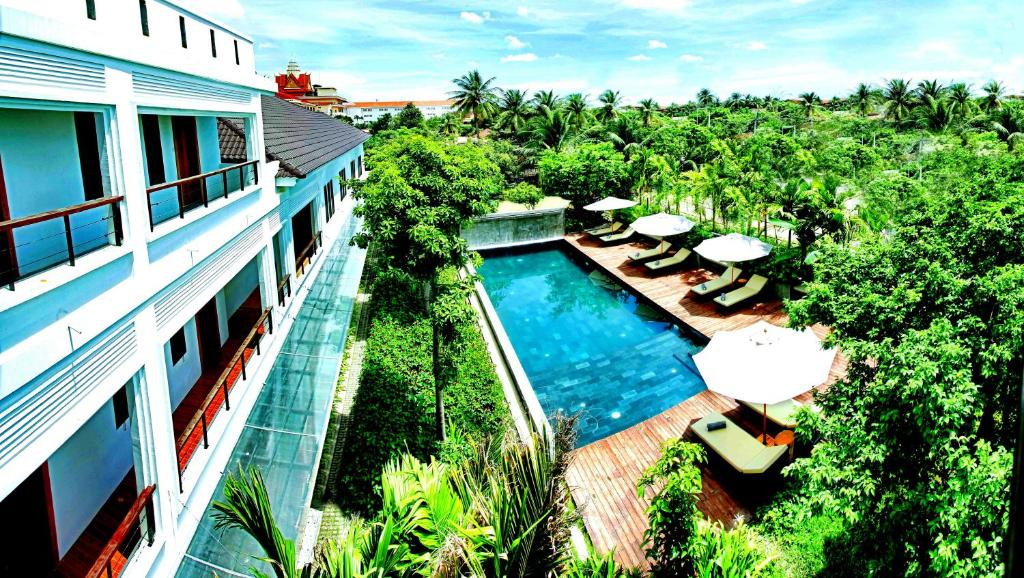 A view of the pool at La Residence Blanc D'Angkor or nearby