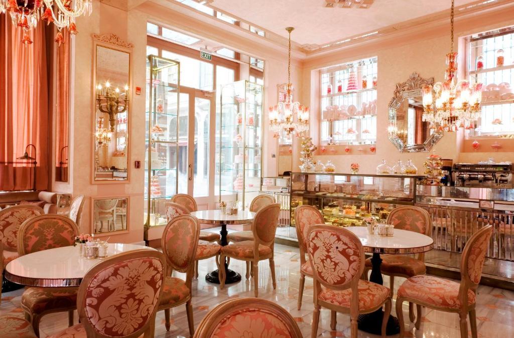 مطعم أو مكان آخر لتناول الطعام في فندق بيرا بالاس