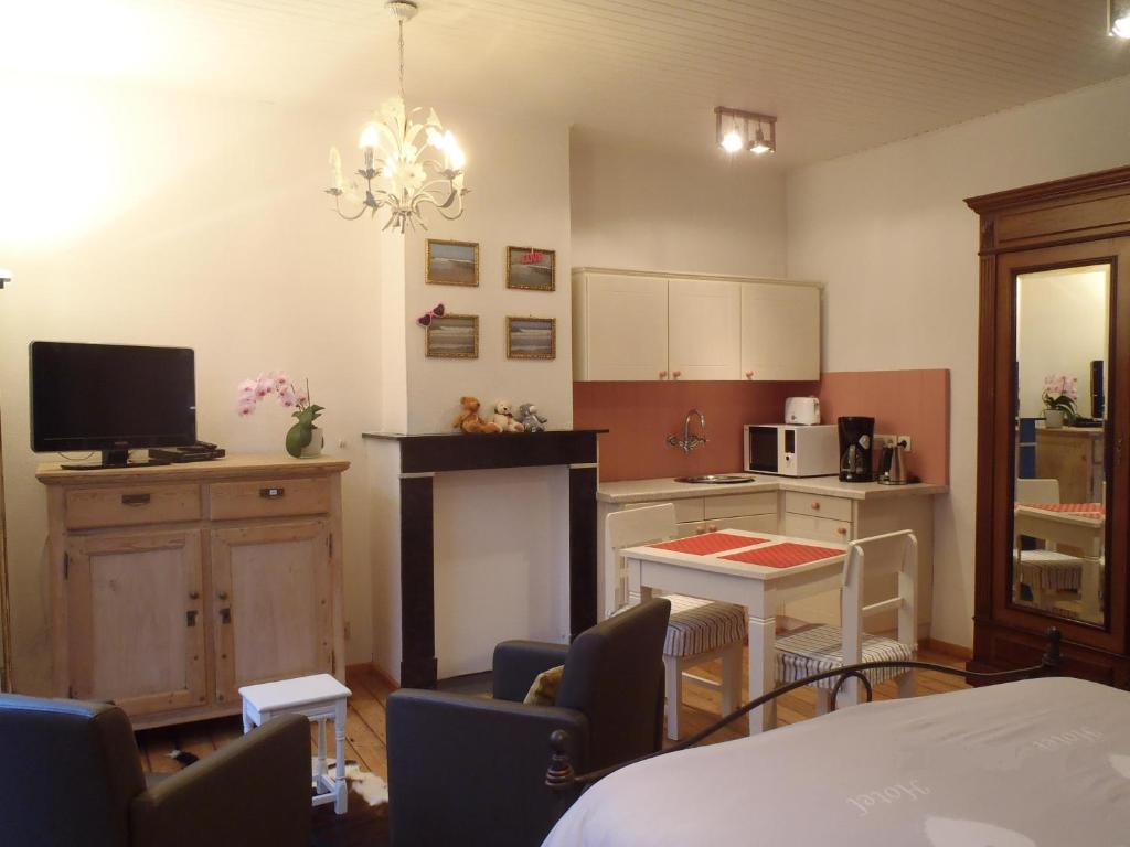 A kitchen or kitchenette at Knokke-Guestroom - Logies in het centrum met gratis fietsgebruik!